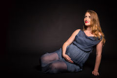 Fille enceinte avec des fleurs Image libre de droits
