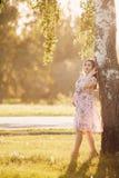 Fille enceinte dans une robe légère photographie stock