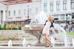 Fille enceinte de jeunes posant dans la vieille ville Image stock