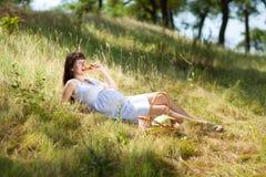 Fille enceinte mangeant le raccord en caoutchouc image libre de droits