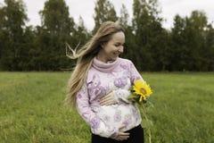 Fille enceinte marchant dans la nature et le sourire Photo libre de droits