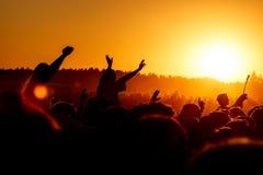 Fille encourageant à la musique extérieure, festival de roche photographie stock libre de droits