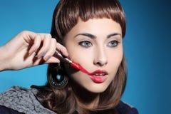 La femme dessine le rouge à lèvres de lèvres Photo stock