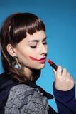 La femme dessine le rouge à lèvres de lèvres Photographie stock