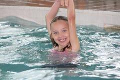 Fille-enfant dans la piscine images libres de droits