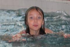 Fille-enfant dans la piscine image stock