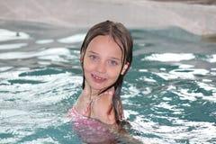 Fille-enfant dans la piscine image libre de droits