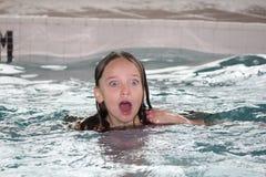 Fille-enfant dans la piscine photographie stock