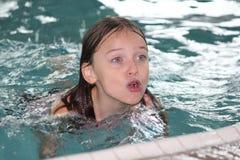 Fille-enfant dans la piscine photos libres de droits