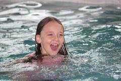 Fille Enfant-dans la piscine photographie stock