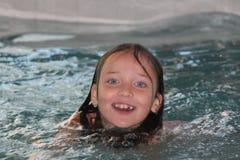 Fille Enfant-dans la piscine image libre de droits