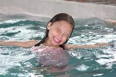 Fille Enfant-dans la piscine images libres de droits