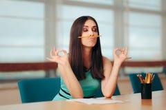 Fille ennuyée drôle jouant avec le crayon lors de la réunion d'affaires image libre de droits