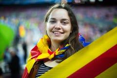 Fille enthousiaste avec le drapeau de la Catalogne images libres de droits