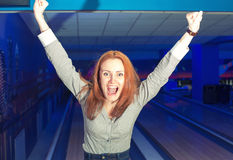 Fille enthousiaste dans un bowling Photographie stock