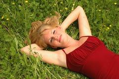 FILLE ENTRE LES FLEURS Images stock