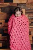 Fille enveloppée dans des couvertures Image stock