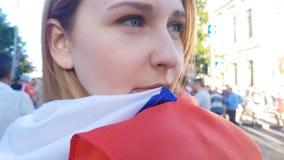 Fille enveloppée dans le renversement de drapeau national de la défaite, jeu décevant de saison banque de vidéos