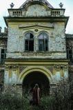Fille errante trouvant sa maison abandonnée Photos libres de droits