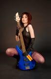 Fille espiègle avec la guitare basse Photos libres de droits