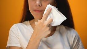 Fille essuyant le visage avec la serviette après consommation, hygiène et étiquette, client heureux banque de vidéos