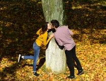 Fille et amants de type ou heureux barbus sur le baiser de date Image libre de droits