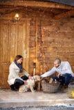 Fille et ami avec le chien devant le cottage Photo libre de droits