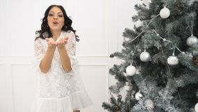 Fille et arbre de Noël de l'adolescence banque de vidéos