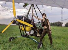 Fille et avions ultra-légers Images libres de droits