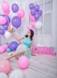 Fille et ballons joyeux Photos stock