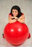 Fille et boule rouge Photo stock