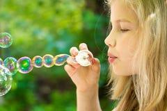 Fille et bulles Image stock