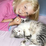 Fille et chat Image stock