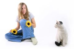 Fille et chat s'asseyants Photo stock