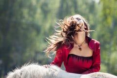 Fille et cheval de brune photographie stock libre de droits