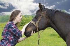 Fille et cheval de sourire d'adolescent Photos libres de droits