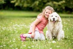 Fille et chien comme amis Photos stock