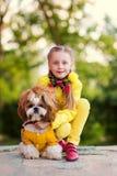 Fille et chien comme amis heureux ensemble en été dans la nature Image stock