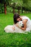 Fille et chien d'arrêt en stationnement Photographie stock libre de droits