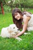 Fille et chien d'arrêt en stationnement Image stock