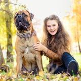 Fille et chien de l'adolescence Photo stock