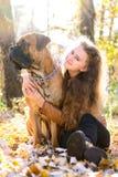 Fille et chien de l'adolescence Images stock