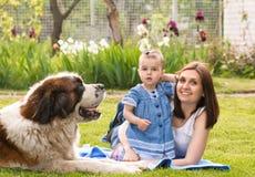 Fille et chien de mère Image libre de droits