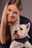 Fille et chien de sourire de Westie Photographie stock libre de droits