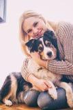 Fille et chien de sourire, instagram Image libre de droits