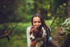 Fille et chien dehors Images stock