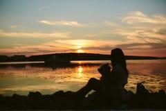 Fille et chien sur le lac Image stock