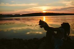 Fille et chien sur le lac Photographie stock