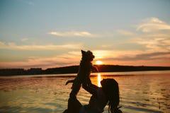 Fille et chien sur le lac Photographie stock libre de droits
