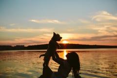 Fille et chien sur le lac Photos libres de droits